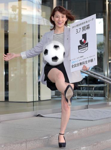 サッカーボールを蹴る佐藤美希
